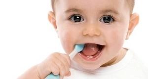 Nên cho bé đánh răng bằng kem từ lúc mấy tuổi?
