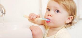 Giúp bé vệ sinh răng miệng đúng cách